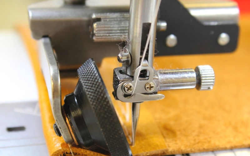 The Janome HD sewing foot from GUR can smoothly control materials such as leather and vinyl
